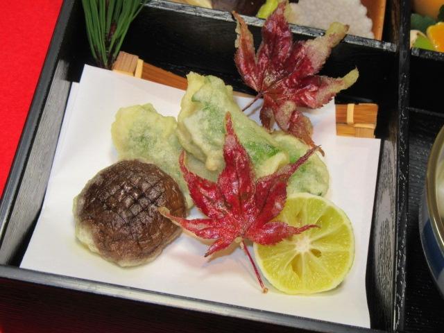 秋の松花堂弁当の揚げ物,甘鯛青じそ巻き,紅葉天ぷら,椎茸,すだち