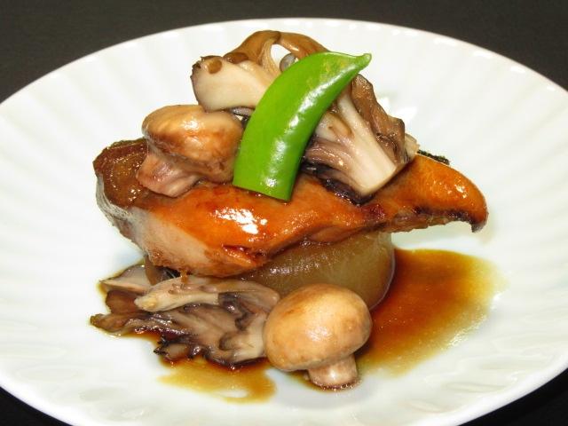 ぶりと大根の和風ステーキ重ね盛り,冬の焼き物と洋皿の献立