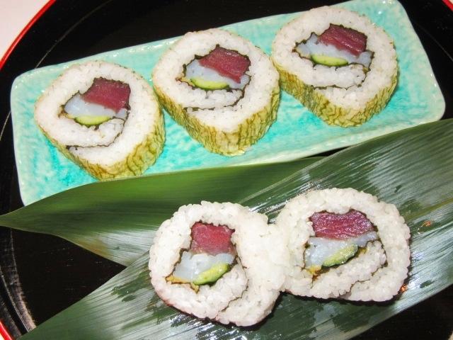 裏巻き寿司の作り方手順と三色巻き寿司の盛りつけ例