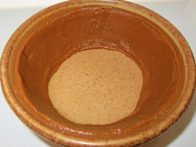かきの土手鍋の作り方,合わせ味噌を土鍋のふちに塗りつけた例