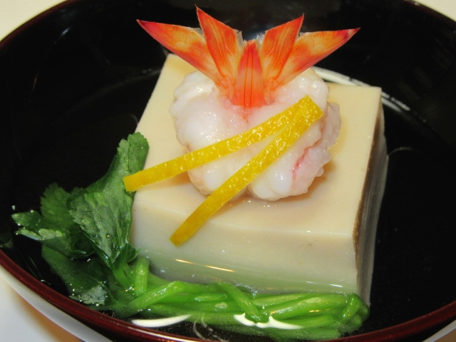 ごま豆腐と千鳥海老の盛りつけ,束ね三つ葉,松葉ゆず,椀物の献立