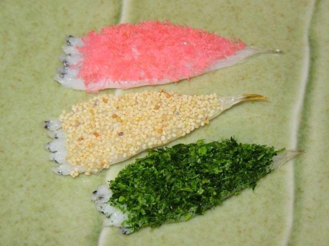 白魚の三色焼き,けしの実,青のり,たらの桜でんぶ