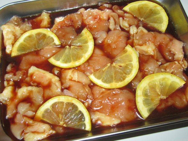 鶏肉のレモン焼きの作り方,つけだれに浸す工程