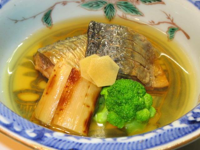 焼き塩さばと白ねぎの煮物,青味野菜ブロッコリー,秋の煮物の献立