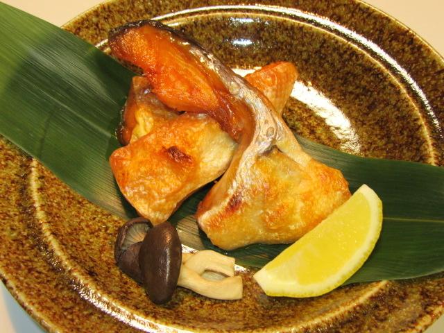 鮭かまとはらすの塩焼き,平たけ,レモン,笹の葉