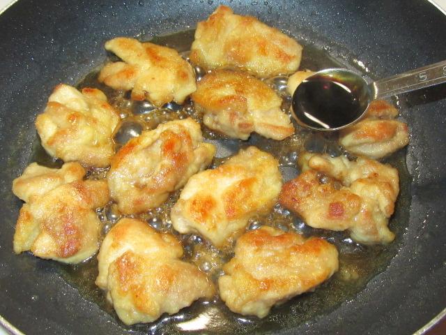 鶏もも肉のくわ焼きの作り方,たまり醤油を入れる工程