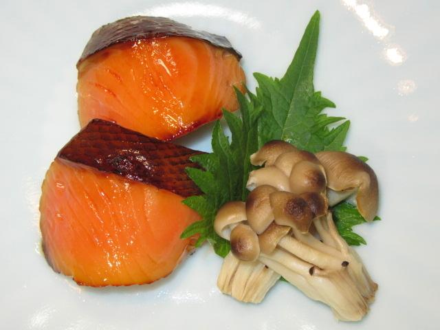 鮭の味噌漬け焼き,焼きしめじ,青じそ,秋の焼き物の献立
